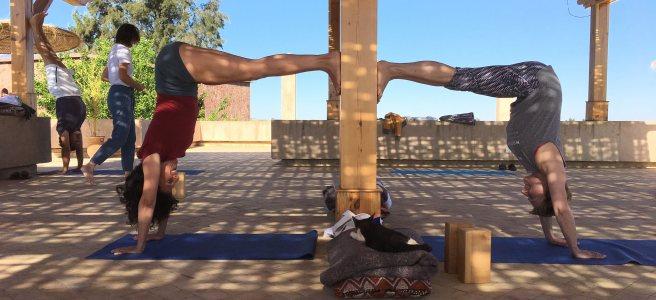 Yoga sur la terrasse au Maroc.